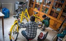 Escolares de la Zona Norte 'arreglan' bicis de alquiler para concienciar sobre su buen uso