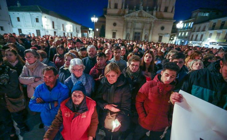 Los jóvenes santaferinos llenan la Plaza de España para protestar contra las drogas y la violencia