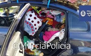 Paran un coche por exceso de peso y encuentran una niña atrapada entre el equipaje