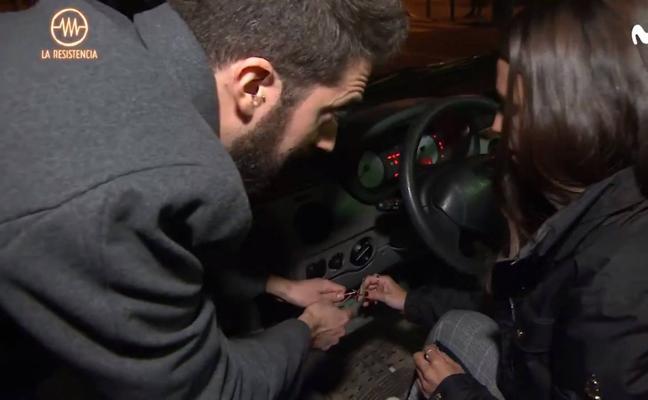 Enseñan a robar un coche en directo en el programa de Broncano y el vídeo triunfa en redes
