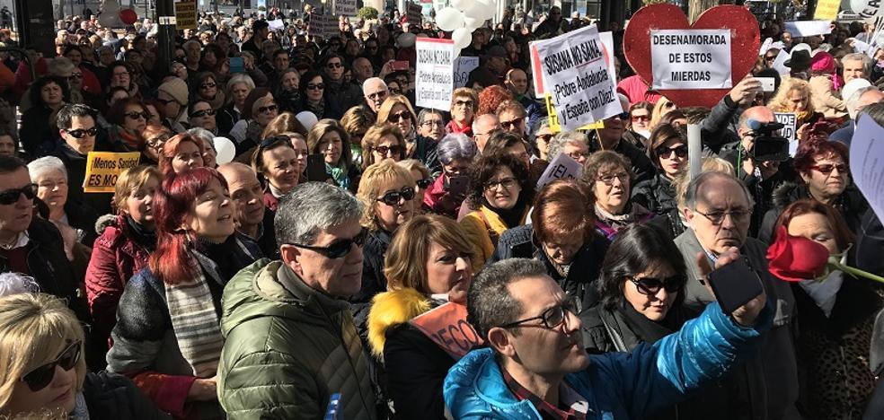 """Cientos de personas piden en Granada la dimisión de """"los ideólogos de la fusión"""""""