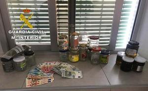 Tarros de marihuana a la venta en el mercadillo de Turre