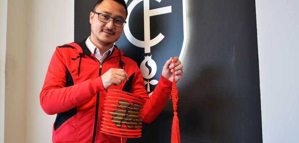 Sobres rojos y farolillos para celebrar el Año Nuevo chino en Granada