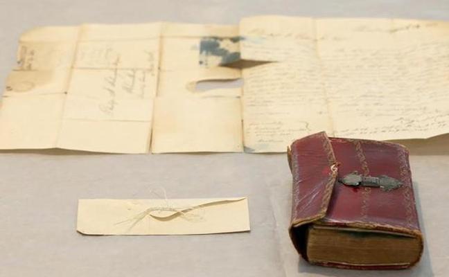 Encuentran un mechón de pelo de George Washington escondido en un libro