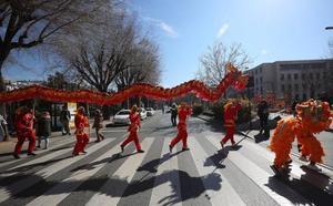 Diez metros de dragón para celebrar el Año Nuevo chino en Granada