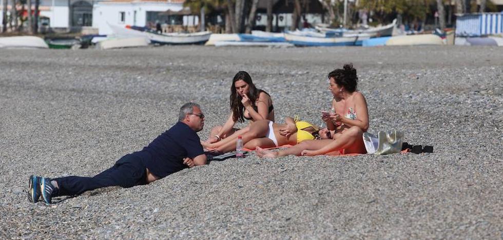 Bikinis en febrero en la Costa granadina