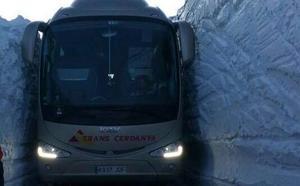 Un autobús se queda atascado entre dos bloques de nieve de cuatro metros en Barcelona