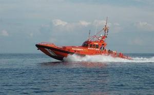 Rescatan a 36 personas de una patera semihundida a 15 millas de Alborán