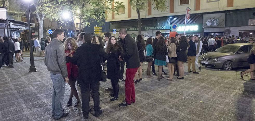 Trifulca en la puerta de una discoteca de la plaza de Gracia: «Quedaos con mi cara porque me tendréis que llevar preso, esto se arregla a tiros»