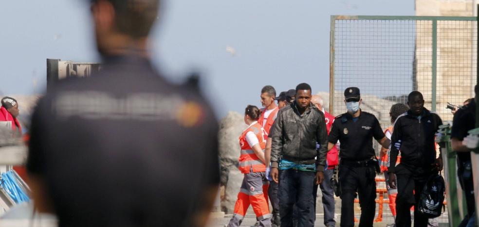 La llegada de pateras «se lleva casi la mitad» de recursos de la Policía Nacional en Almería