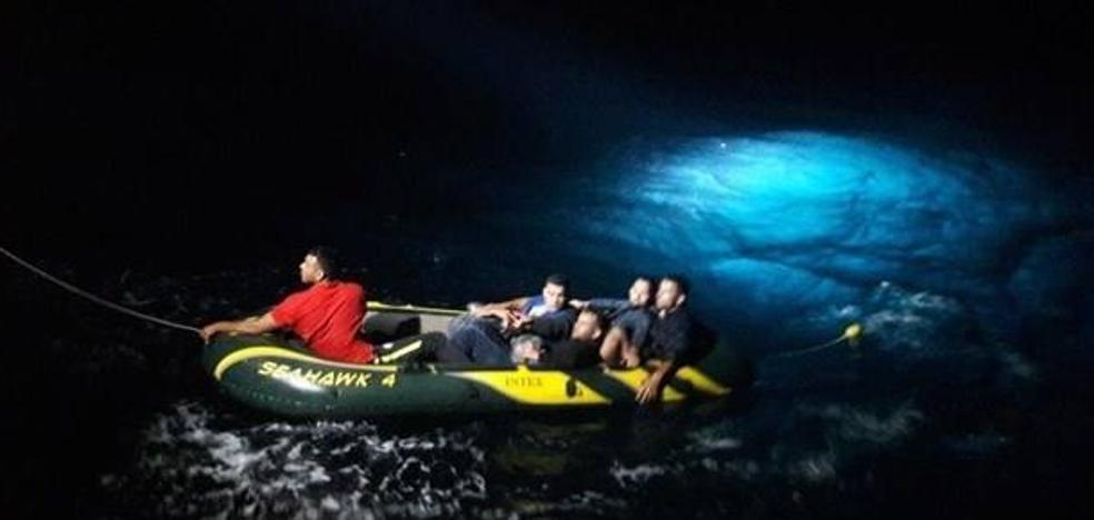 Trasladan a Almería a siete varones magrebíes rescatados de una patera