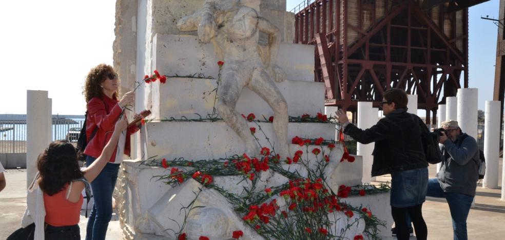 Cientos de claveles recuerdan a las miles de víctimas que se cobró La Desbandá