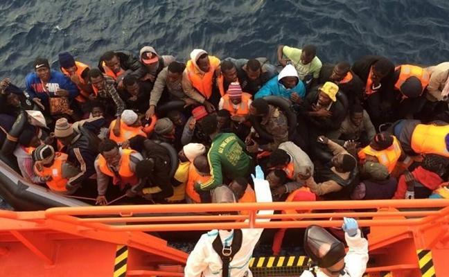 Trasladan a Motril a 42 hombres de origen subsahariano rescatados de una patera