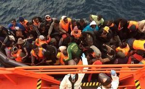Llegan a Motril 42 hombres de origen subsahariano rescatados de una patera