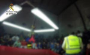 Piden prisión para once personas de una peña por organizar peleas de gallos ilegales en Viator