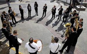 El alcalde y el primer teniente de alcalde de Soportújar entregan sus varas de mando a las imágenes de San Antón y San Roque