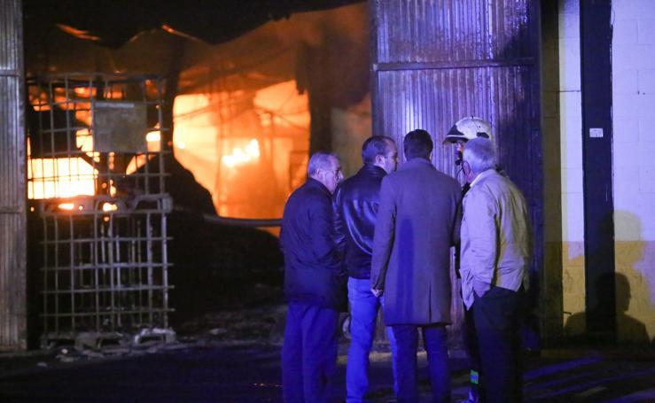 Amplio despliegue de Bomberos de Granada para sofocar el incendio de una nave