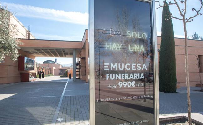 Citados los dos exconsejeros delegados del PP en la empresa del cementerio de Granada tras acudir ellos mismos al juzgado