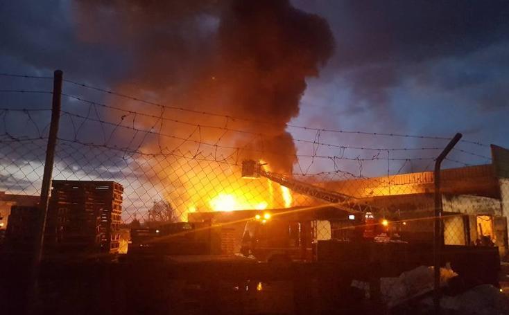 Bomberos de Granada apaga el fuego en la nave de plásticos en Camino Barrasa en Santa Fe