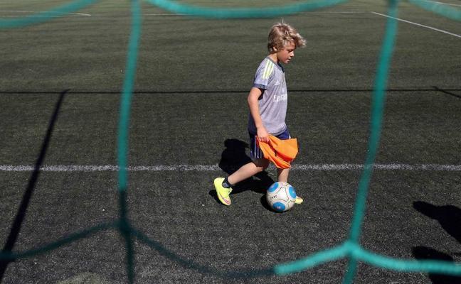 Prohíben jugar al fútbol en el recreo un día por semana: la iniciativa que crea polémica en España