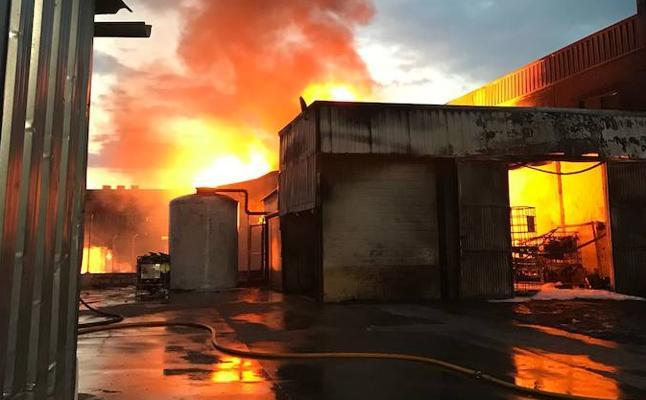 Todo el parque norte de Bomberos de Granada se emplea en sofocar un incendio en una nave de Santa Fe