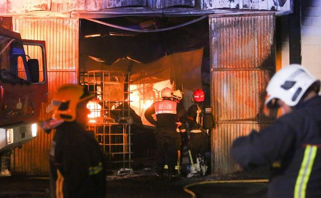 Arde una fábrica de bolsas de plástico en el polígono industrial de Santa Fe