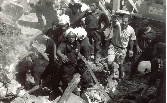 Una historia de fuegos en naves industriales de Granada teñida de luto