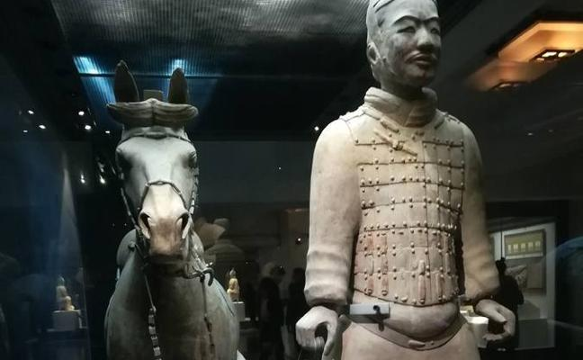 Un joven destroza la milenaria estatua de un guerrero de terracota al hacerse un 'selfie'