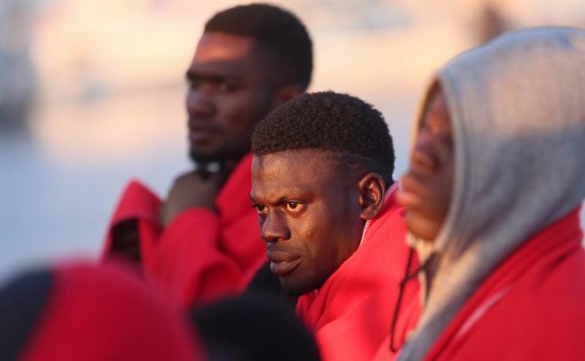 Salvamento rescata a los inmigrantes de dos pateras, una de ellas con problemas