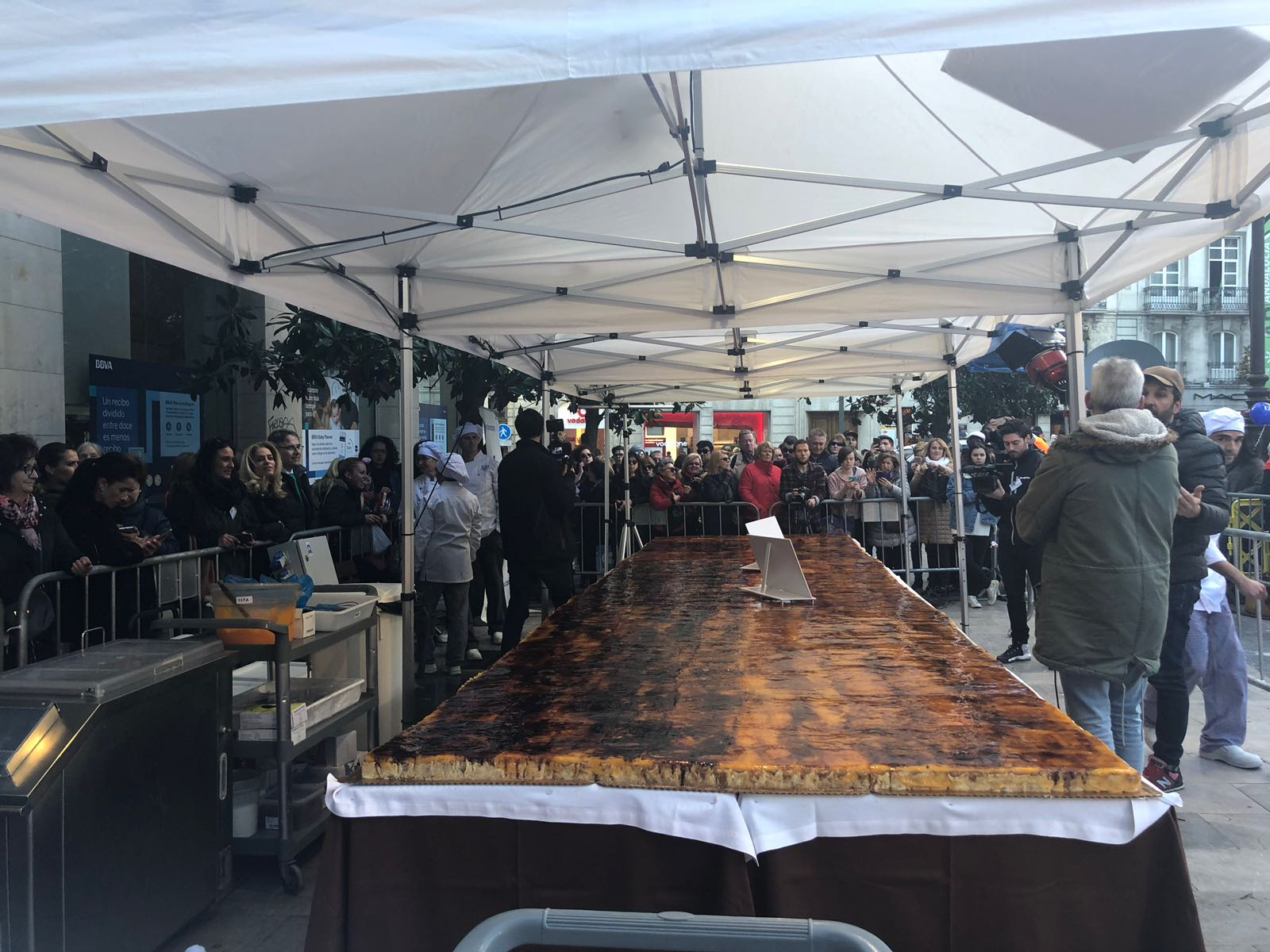 Ambientazo en la Plaza del Carmen antes de comerse la tarta de piononos más grande de la historia