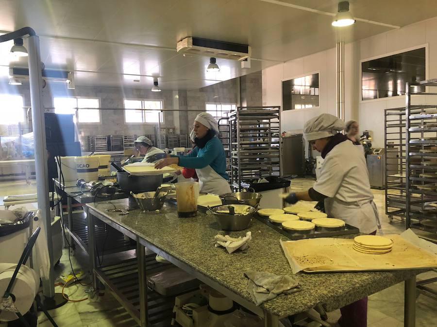 Nos colamos en la preparación de la tarta de piononos más grande del mundo: se reparte hoy en Granada