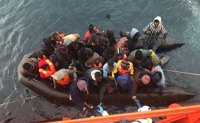 Llegan al puerto de Almería 54 inmigrantes rescatados de una patera cerca de la isla de Alborán