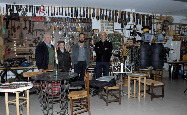 El delegado de Fomento y Vivienda de la Junta visita la colección de objetos antiguos del alpujarreño José Porras