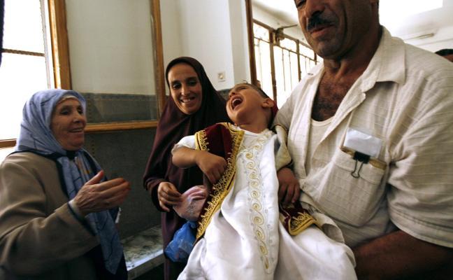 Estudian penas de cárcel por practicar la circuncisión