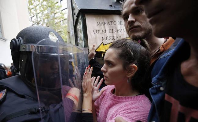 Admitida una querella por las cargas policiales del 1-O en una escuela de Barcelona