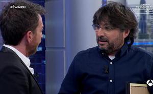 El polémico regalo de Jordi Évole a Pablo Motos en pleno directo
