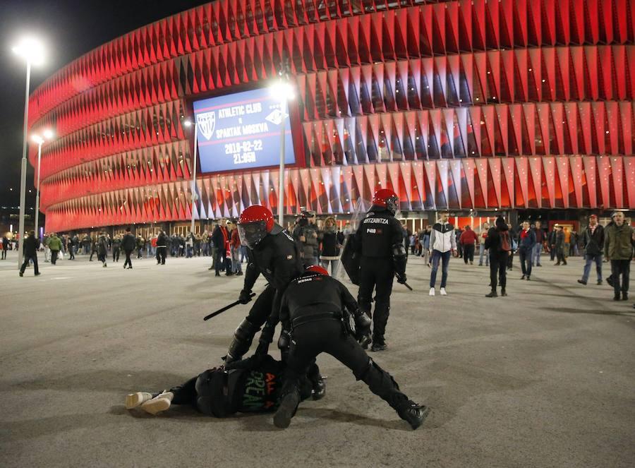 Muere un ertzaina en la batalla campal entre ultras del Athletic y el Spartak