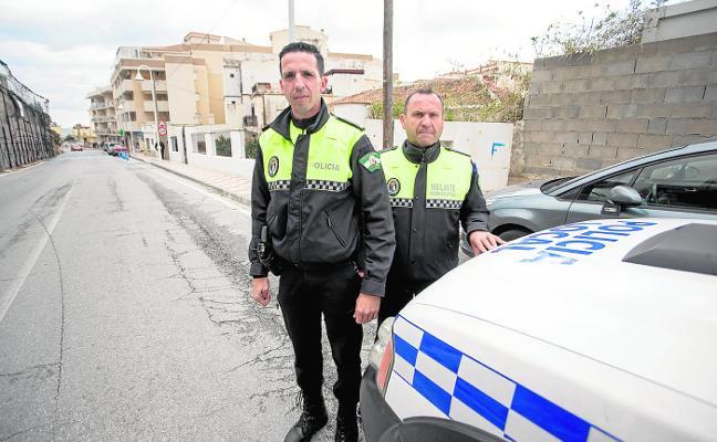 Sufre un ataque cardiaco al volante de un tráiler y salva la vida gracias a un policía local de Castell