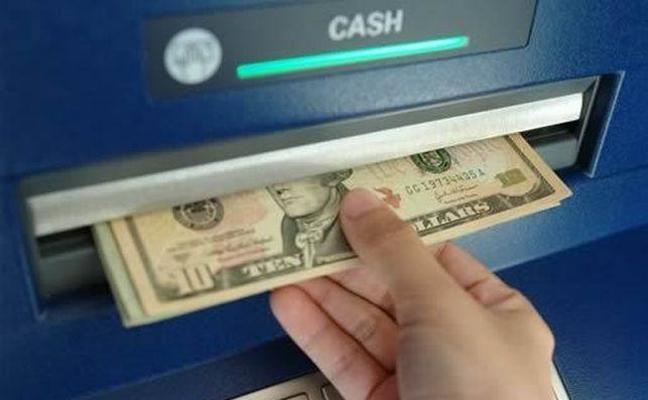 Un banco demanda a una mujer que se aprovechó de un cajero que daba billetes de 100 dólares