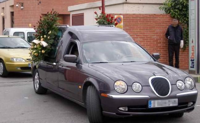 El cadáver de su hijo pasa 20 horas en el sofá del salón de su casa tras abandonarlo la funeraria