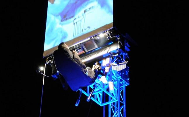 Un pianista tocará mañana en Jaén colgado desde seis metros en la calle