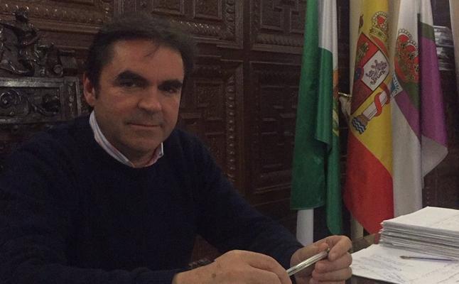 Reúnen las firmas para decidir si sigue el alcalde de Porcuna