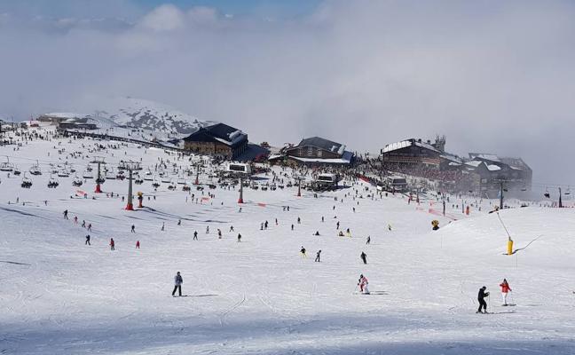 Catorce mil esquiadores traen la normalidad a Sierra Nevada tras la huelga