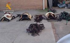 Tres arrestados por sustraer aperos para caballos valorados en más de 73.000 euros