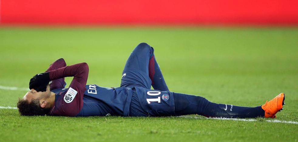 El padre de Neymar asegura que el astro estará al menos seis semanas de baja