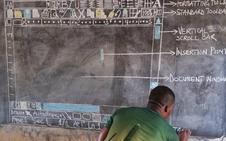 Un profesor enseña cómo utilizar 'Word' en una pizarra al no tener ordenadores en la escuela
