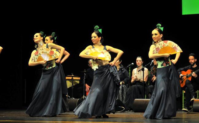 El recuerdo de un día histórico y los bailes y cantes flamencos llenan el Teatro Cervantes