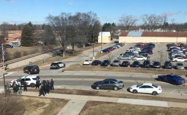 Un estudiante de 19 años mata a sus padres y se da a la fuga en Michigan