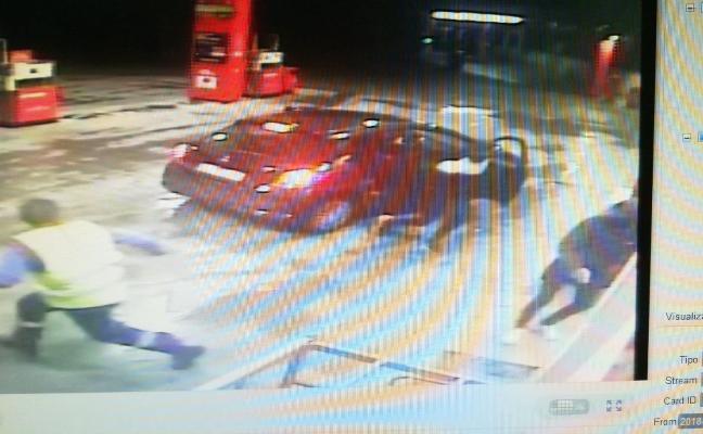 Tres individuos con navajas atracan una gasolinera en Pinos Puente