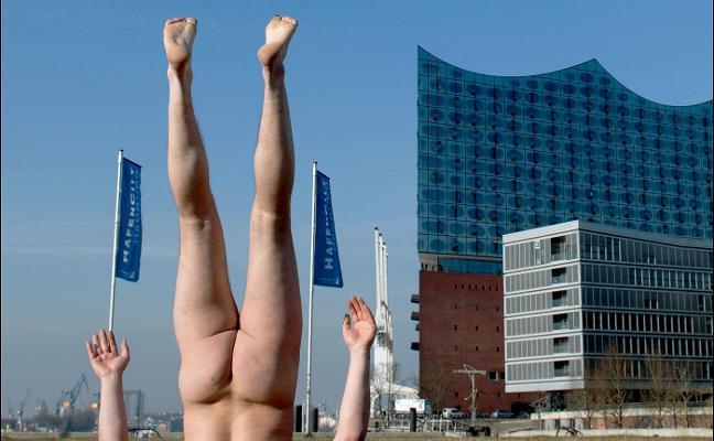 Lo último en arte: un hombre plantado desnudo